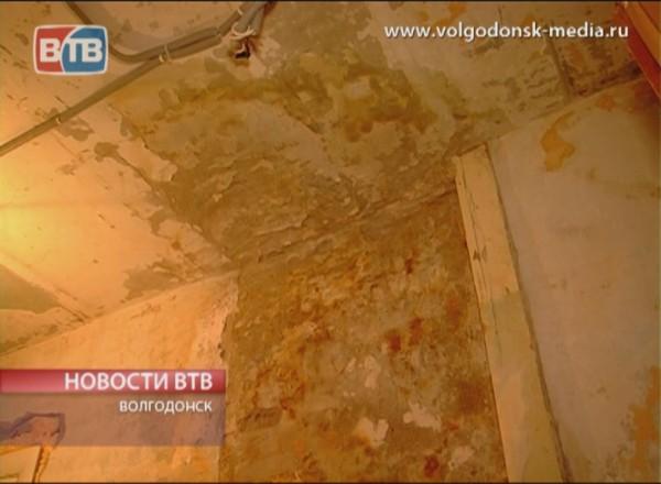 В доме 52 по улице Морской нечистоты текут прямо с потолка