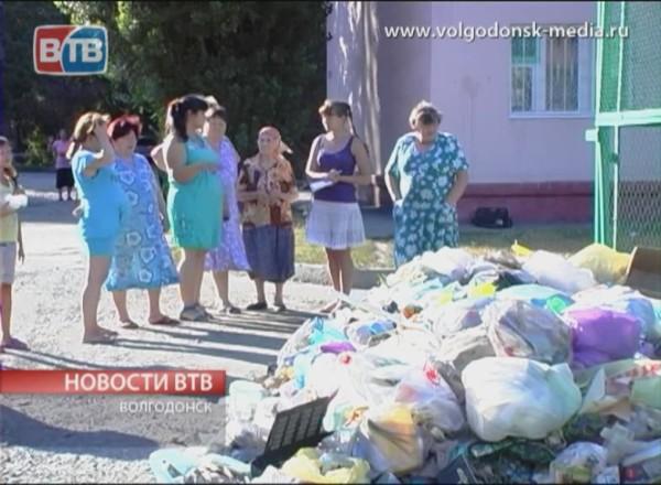 Жители домов по пер. Донскому складывают мусор прямо под окна соседей