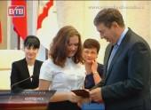 Школьникам города паспорта вручил мэр Виктор Фирсов