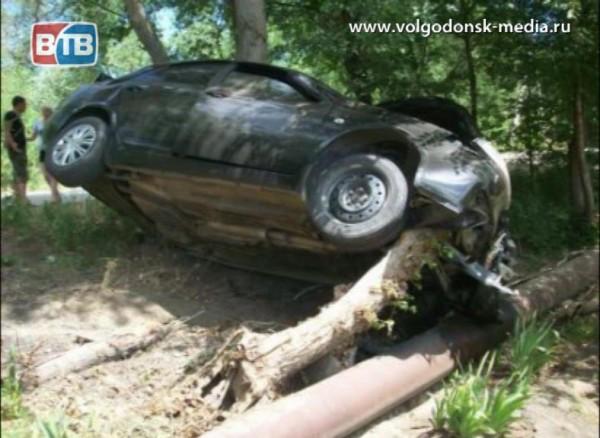 Автомобиль «Ниссан примера»врезался вдерево