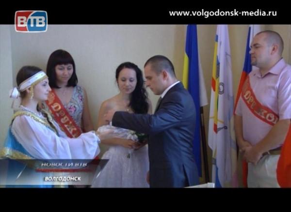 10 волгодонских пар торжественно зарегистрировали свой брак впреддверии Дня семьи, любви иверности