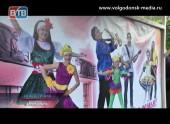 Остановочные пункты вВолгодонске продолжают украшать баннерами сфотографиями лучших творческих коллективов Волгодонска