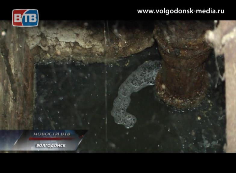 Житель дома №11 по улице Волгодонской уже три дня соседствует сзловонным запахом канализационных стоков