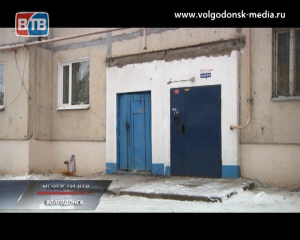 На Горького, 155 завалился козырек над подъездом