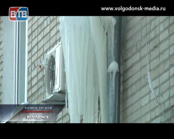 Сточная труба в одном из домов города превратилась в причину возникшей опасности для жизни и здоровья людей