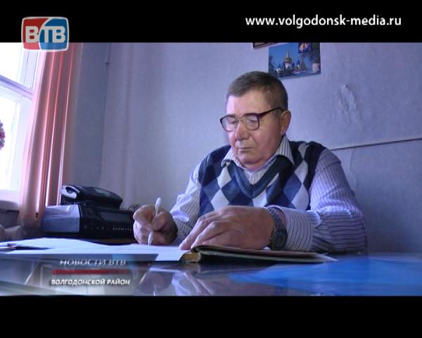 Директор школы хутора Ясырёв Волгодонского района Василий Хохлов сегодня отмечает свой 70-летний юбилей