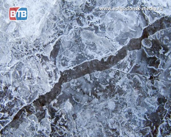 За автомобильные пируэты на льду экстремалы Волгодонска рискуют поплатиться собственными здоровьем и жизнью