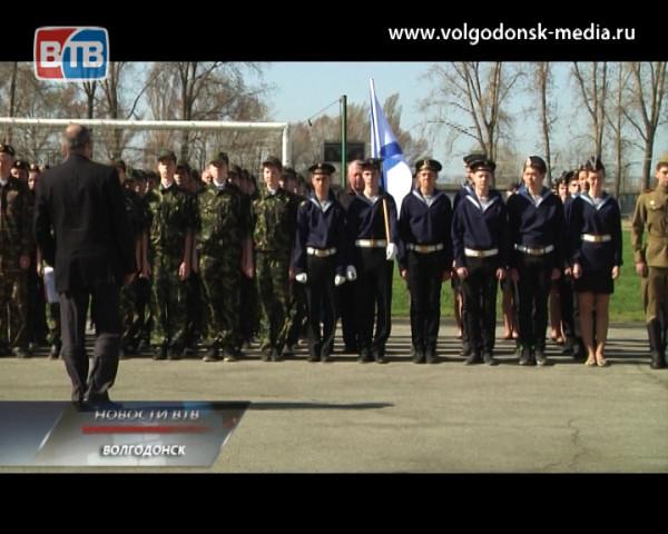 В Волгодонске прошёл смотр строя и песни молодежных отрядов «Мы – будущее России!». Лучшие примут участие в параде 9 мая.