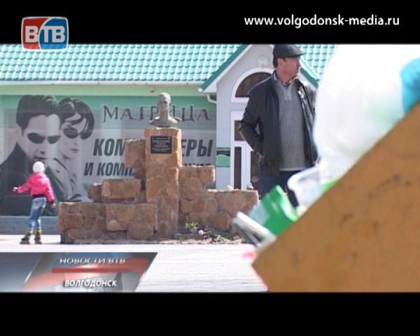 Площадь Сергея Молодова практически не убирается. Кто топит память о герое в отходах?