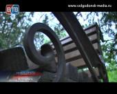 В Волгодонске продолжают замена скамеек, испорченных вандалами