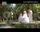 Девушки Волгодонска прошли маршем по центральной улице в свадебных платьях