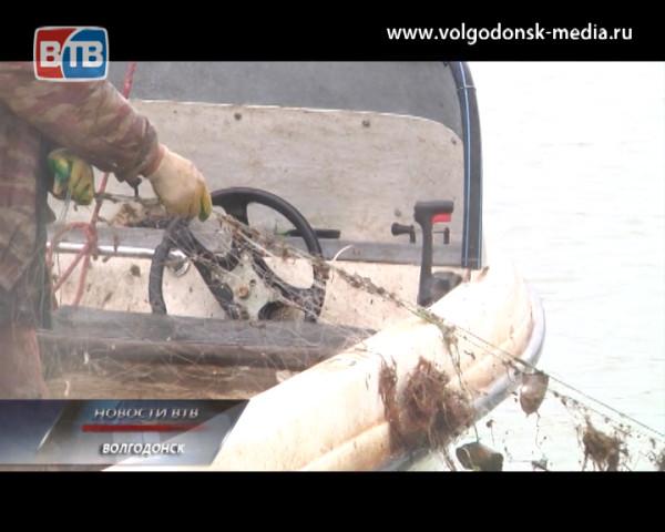 В Цимлянском водохранилище рыбаки и сотрудники рыбоохраны продолжают операции по очистке водоема от бесхозных снастей