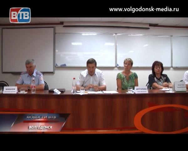 Виктор Фирсов и информационная группа Администрации Волгодонска встретились с жителями микрорайонов №17 и18
