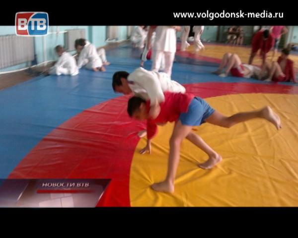 Волгодонские самбисты заняли первое место в командном зачете на областном турнире в Таганроге