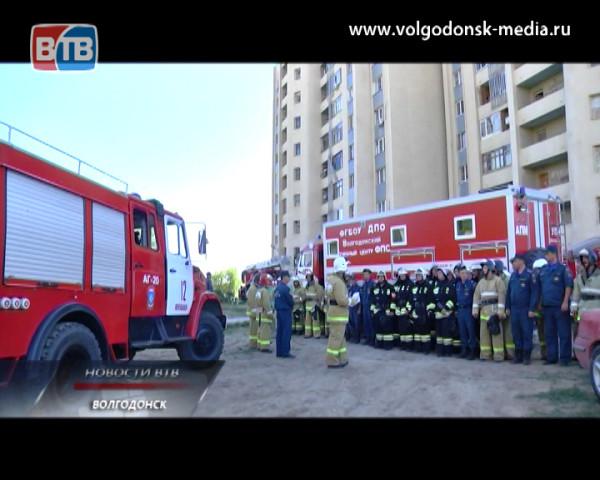 Пожарные подразделения и службы экстренного реагирования Волгодонска приняли участие в учениях по тушению двенадцатиэтажного дома