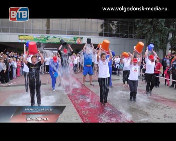 Коллектив Дворца Культуры «Октябрь» принял участие во всемирной благотворительной акции и облился ледяной водой