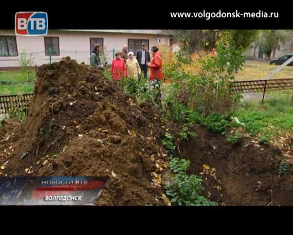 Недоделки коммунальщиков.  Жители одного из домов по улице Ленина уже несколько месяцев не могут добиться окончания ремонта сетей водоснабжения
