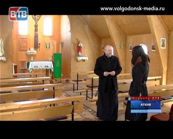 Гость студии — настоятель  католического прихода Святого семейства отец Алексей