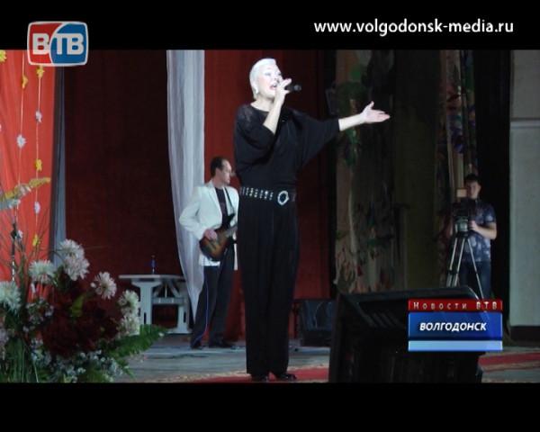 Прекрасная половина Волгодонска приняла поздравления от легендарной группы «Доктор Шлягер»