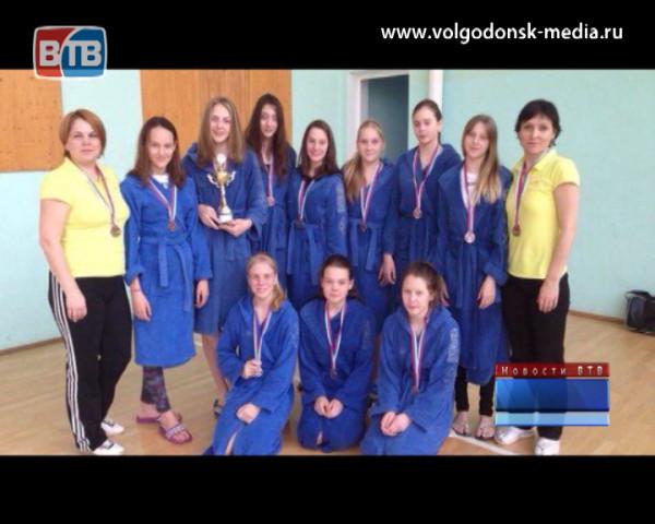 Волгодонские пловцы привезли с областного первенства больше десятка медалей