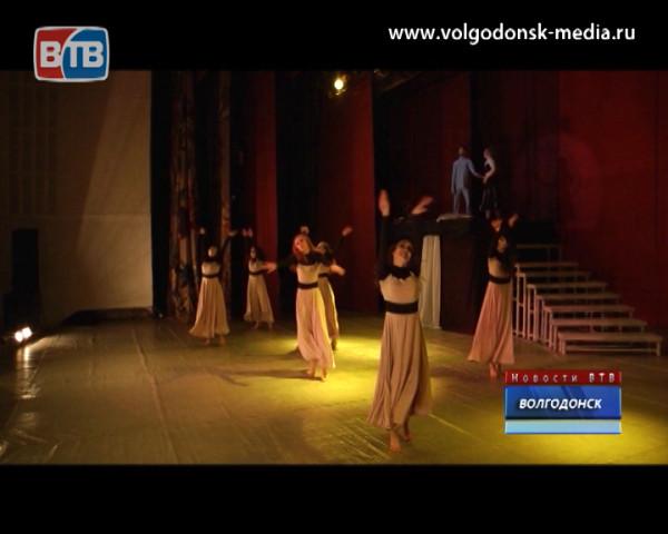 Народный театр эстрадного танца «Антураж» поставил «Дуру»