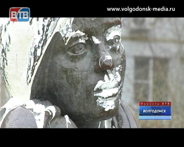 От рук вандалов пострадал памятник «Девушка с книгой»