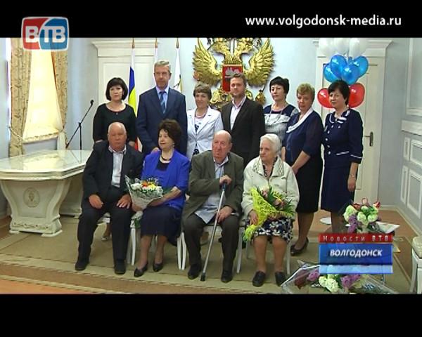 Две волгодонские семьи получили губернаторские знаки «Во благо семьи и общества»