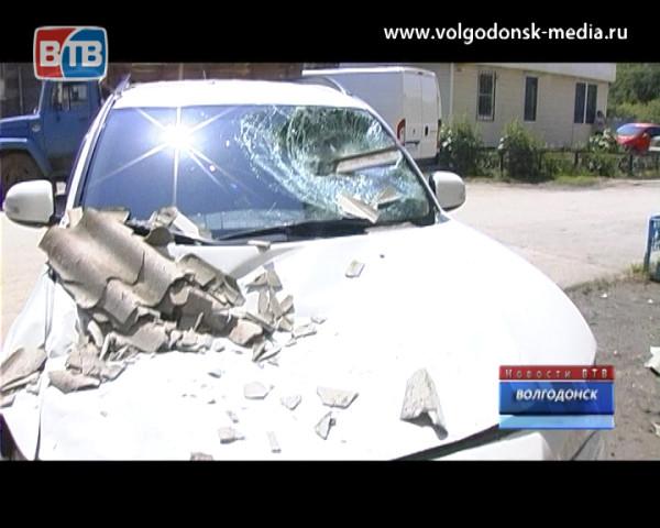 Шифер с крыши разбил иномарку и едва не убил владелицу авто