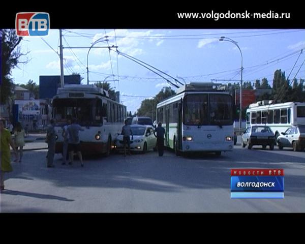 Пьяный водитель на «КИА СЕРАТО», удирая от полиции, въехал в троллейбус