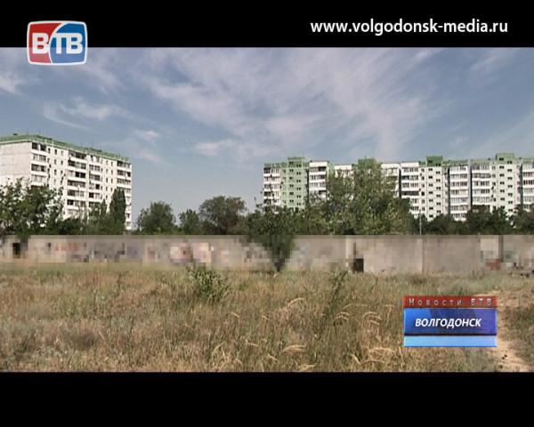 Зам. губернатора Игорь Гуськов пообещал восстановить заброшенное здание на пустыре в районе В-9 и рядом построить новую школу