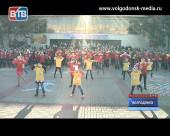 Участники фестиваля «Голубь мира», проходящего в эти дни в Волгодонске, провели флешмоб «Дети за мир во всем мире»