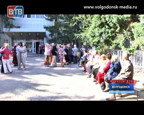 Волгодонск отметил Международный день пожилого человека танцами и концертом