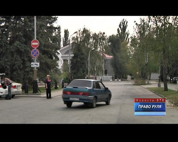 Откуда на площади Ленина «кирпичи»? Почему светофоры в Волгодонске теперь работают круглосуточно? Об этих и других вопросах новый выпуск автомобильной рубрики «Право руля»