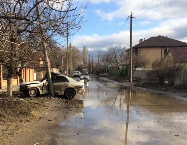 «Тойота» влетела в столб на Горького