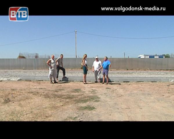 Жители переулка Счастливого в негодовании. Их дома оказались отрезанными от города дорогой, в строящийся детский сад