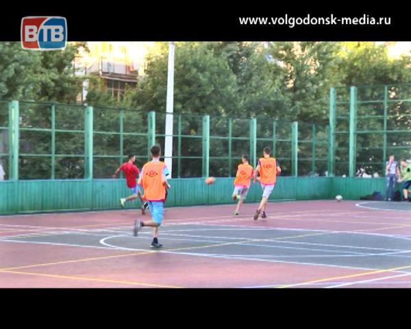 Футболисты опробовали обновленную спортивную площадку