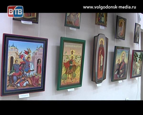 «От миниатюрной до храмовой росписи». В художественном музее открылась персональная выставка Александра Таничева
