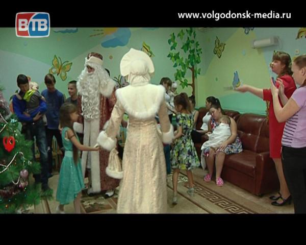 Дед Мороз и Снегурочка заглянули в гости в отделение детской хирургии