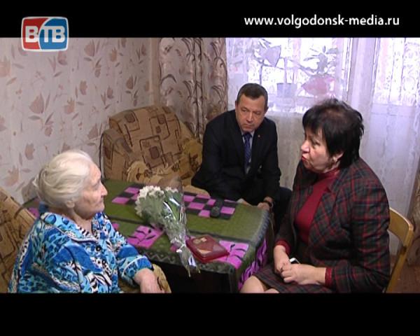 Ветерану Великой Отечественной Софье Титовой вручили памятный нагрудный знак «75 лет битвы за Москву»