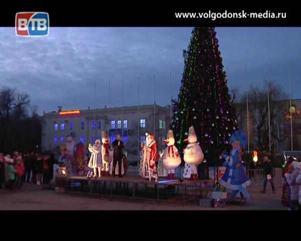 На площади «Победа» открыта главная елка города