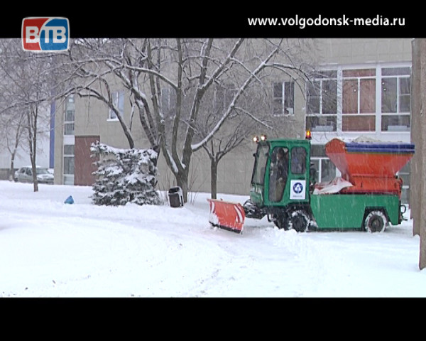 Волгодонские коммунальные службы готовы принять вызов природы и обещают расчистить все дороги к вечеру