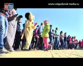 Романовская отметила Международный женский день гуляньями и флешмобом на набережной