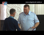 Полицейские Волгодонска поблагодарили горожанина за помощь в поимке преступника
