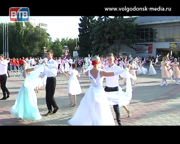 80-летие Ростовской области в Волгодонске отметили массовым исполнением вальса на площади Победы