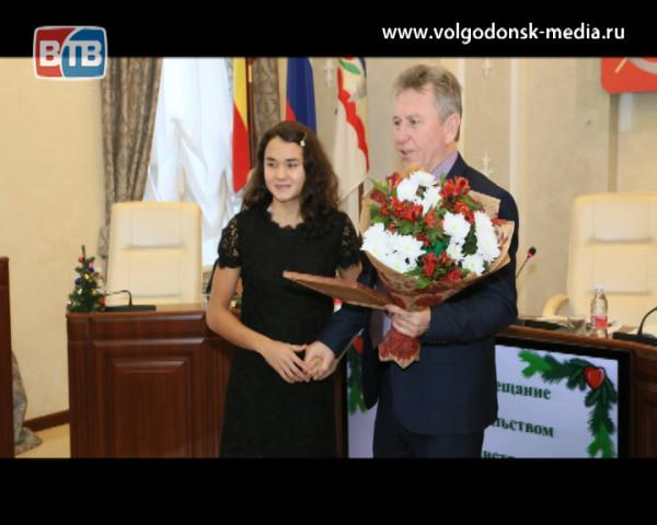 Восходящая звезда российского плавания Вероника Кучеренко получила грамоту и поздравления от главы Администрации Волгодонска