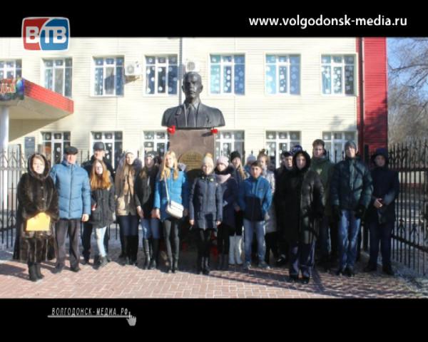 В школе №7 возложили цветы к памятнику Героя Российской Федерации Михаила Ревенко