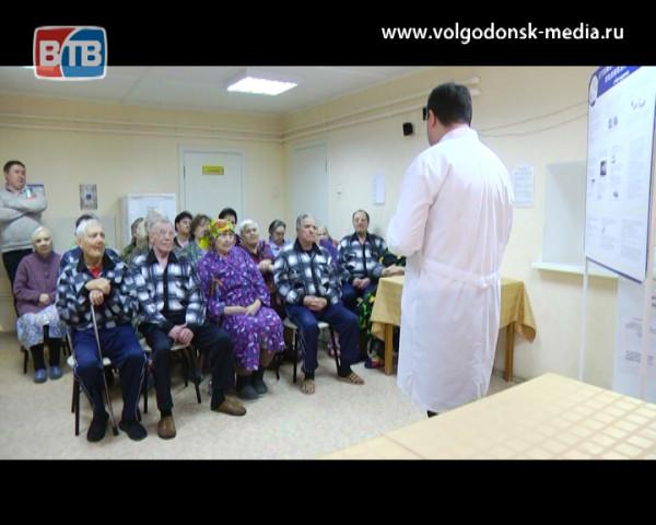 Подопечным ЦСО №1 Волгодонска врачи-стоматологи рассказали о том, как сохранить зубы при старении организма