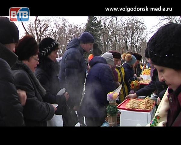 Жители Волгодонска вместе с депутатами отпраздновали Масленицу в микрорайонах города