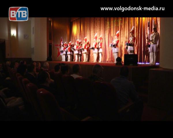 Мужчин Волгодонска поздравили 23 февраля праздничным концертом