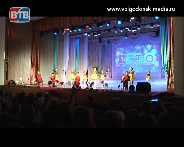 Юные жители Волгодонска впервые вышли на большую сцену ДК «Октябрь» проявив себя в творчестве